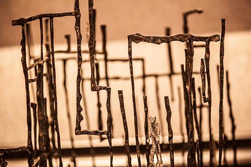 Val作品蜿蜒城市垂直水平線的交織象徵城市的錯綜心境