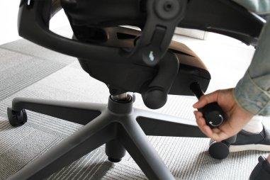 右側:座椅高度按板&傾仰鬆緊調節棒