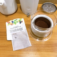 ❷咖啡粉倒入集粉盒與冰滴專用濾網