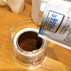 ❶倒入咖啡粉一包(16g)